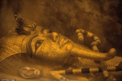 2EDFDBDB00000578-3337567-Egyptologists_have_been_inspecting_Tutankhaumun_s_tomb_searching-a-1_1448734603014